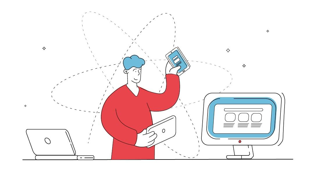 Ein Laptop und ein Desktop Computer stehen auf einem Tisch. Ein Mann hällt ein Tablet und ein Smartphone in der hand und bedient diese.